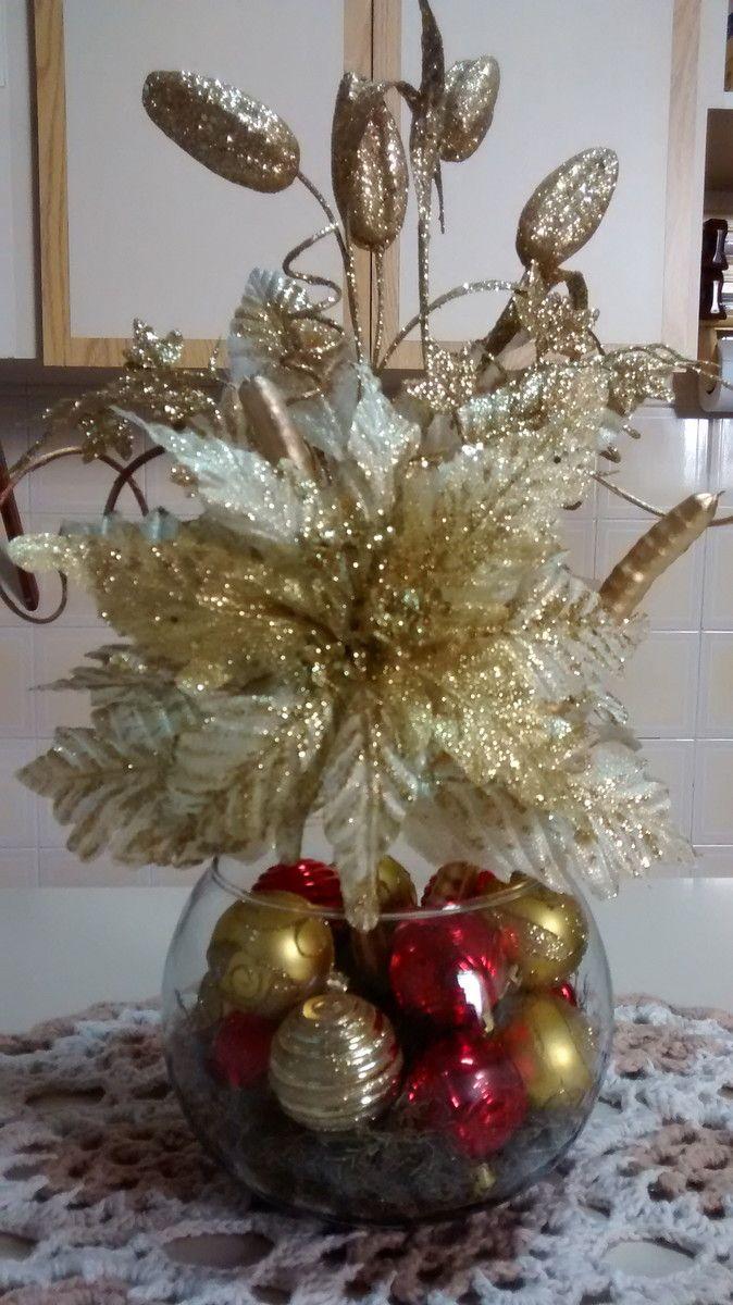 Arranjo natalino para centro de mesa, cachepô de vidro, bicos de papagaio,bolas natalinas diversas, musgo,sementes da natureza secas e pintadas.O arranjo tem frente e verso iguais.Produto único.