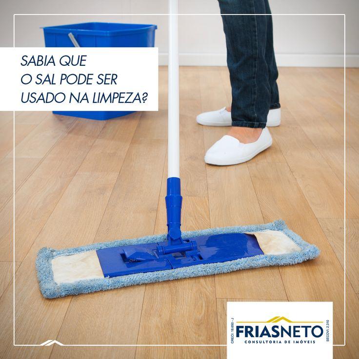 O sal pode ser um agente de limpeza muito eficaz. Experimente misturar uma colher de sopa de sal em um balde de água para limpar e esfregar o chão. O resultado será impressionante!