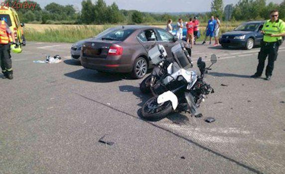 Motorkář skončil po nehodě zaklíněný mezi auty: Letěl pro něj vrtulník