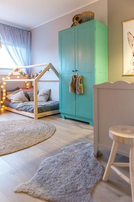 Niebieska szafa i łóżko-domek w pokoju dziecięcym - Lovingit.pl