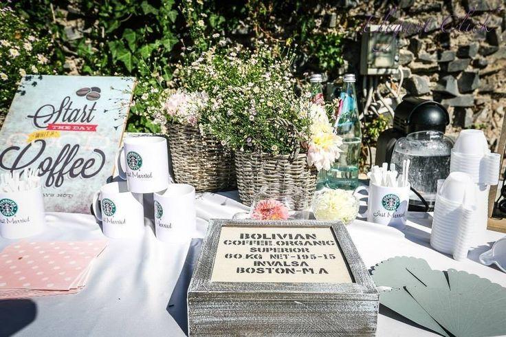 A Starbucks Wedding!!! Coffee there and to go, mug, sugar and much more.. Starbucks corner: angolo del caffè, dall'allestimento floreale alle tazze starbucks personalizzate, caffe, bustine di zucchero.. e tanto altro ancora.. Idea & realizzazione di EmozionarSì di Paolo Tocchi #starbucks #starbuckswedding #angolocaffè