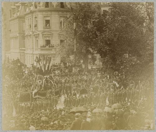 Funérailles de Victor Hugo: Défilé d'enfants en uniforme et de chars ornés de couronnes sur le bd Saint-Germain, 1er Juin 1885 | Paris Musées
