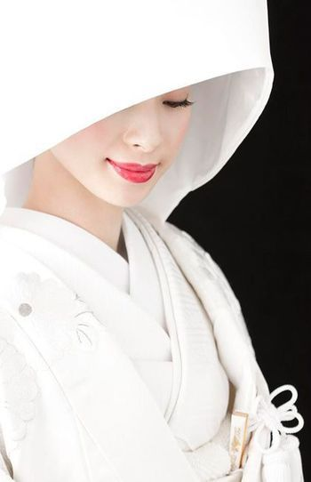 掛け下や小物類も真っ白で統一した清楚なスタイル☆ 高級感のある白無垢まとめ。上質でラグジュアリーな花嫁衣装の参考に☆