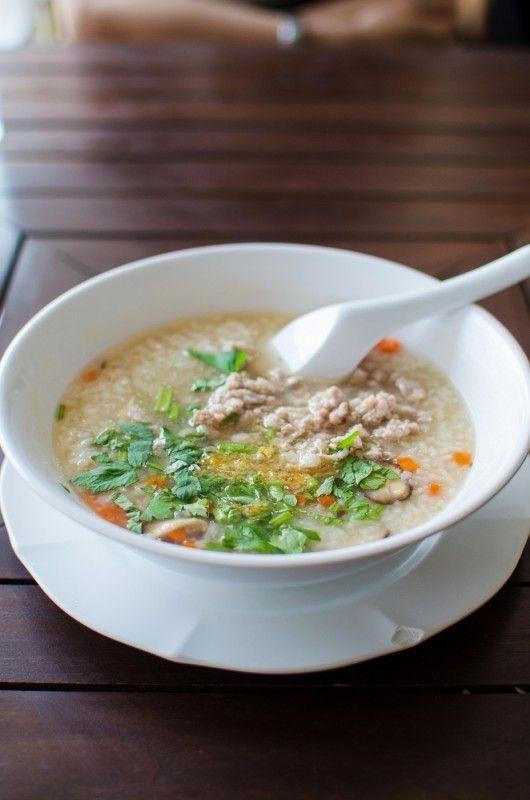 Rissuppe med svinekød (Khao Tom muh) - Lav thai mad – Spis hvad de lokale spiser og prøv denne rissuppe. De lokaler spiser den både om morgenen og om aftenen. Det er en god ret som plejer maven. Personligt spiste jeg den altid med tømmermænd. Retten er endnu en opskrift der er kommet til Thailand fra Kina. I Thailand er retten dog tilpasset og blandt andet... #chili #fiskesovs #forårsløg