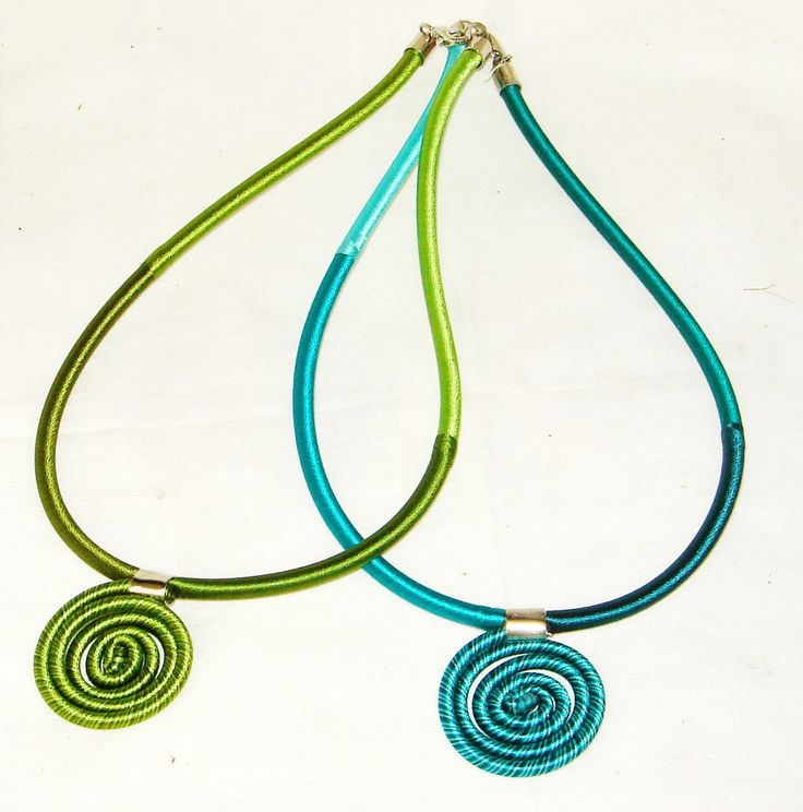 We use silk thread and wrapped wire by hand being a necklace and decorated with twist silk pendant