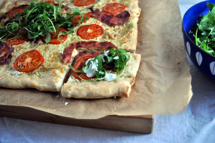 Pizza med pesto, spekeskinke og ruccola