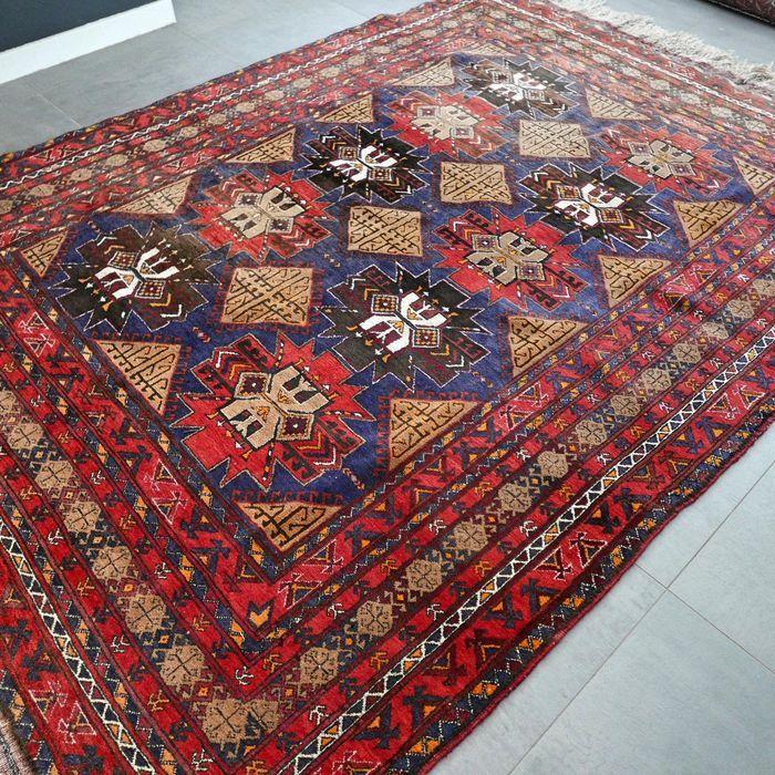 Dit bijzondere Kazak komt u niet snel nog een keer tegen. Het tapijt wordt gekenmerkt door prachtige patronen en kleuren.  Zeer soepel tapijt gemaakt van de beste wol. Het tapijt verkeert in goede conditie en heeft niet heel veel gebruikerssporen.   Voor de echte liefhebber/verzamelaar.   Afmetingen: 280 x 200 cm  Knoopdichtheid: ca 400 000 - 500 000 kn/m2  Het kleed wordt aangetekend en verzekerd verzonden met track en trace.   s351