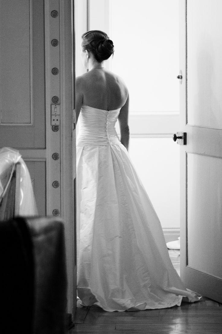 Robe de mariée en soie sauvage, forme princesse avec de large plis pour la modernité. Bustier drapé et découpe en V