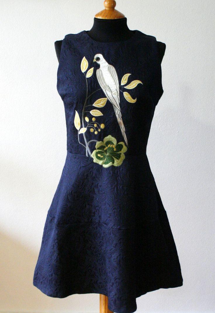Vestido de tejido brocado con bordado de estilo japonés.