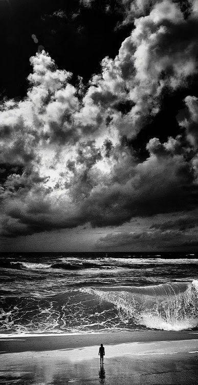 """"""" La vita si ascolta, così come si ascolta il mare...  Le onde montano, crescono, cambiano le cose.  Poi, tutto torna come prima ma non è più la stessa cosa..."""" ( Alessandro Baricco )"""