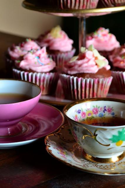 Moda di Coppia: cupcakes and tea  http://www.modadicoppia.com/2013/02/cupcakes-and-tea.html#.UROEijn6M20