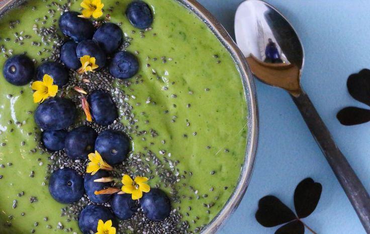 Smoothie med spinat, mango og grønn te.