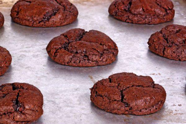 Ha tíz percig sütöd a csokis kekszet, akkor omlós, ha kicsivel tovább, akkor ropogós lesz.