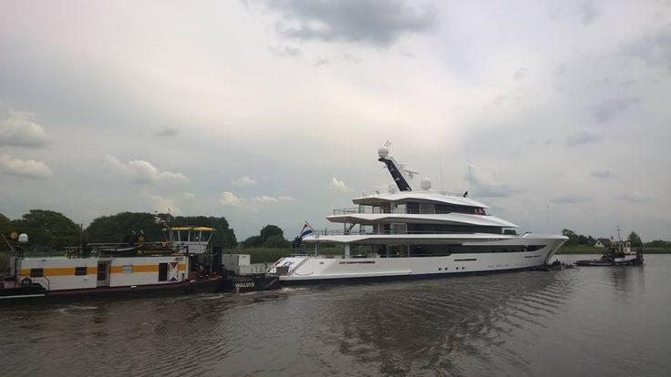 Moordrecht, Hollandse IJssel 16 juni 2016, transport megajacht Joy - foto Alie Hoogenboezem-de Vries