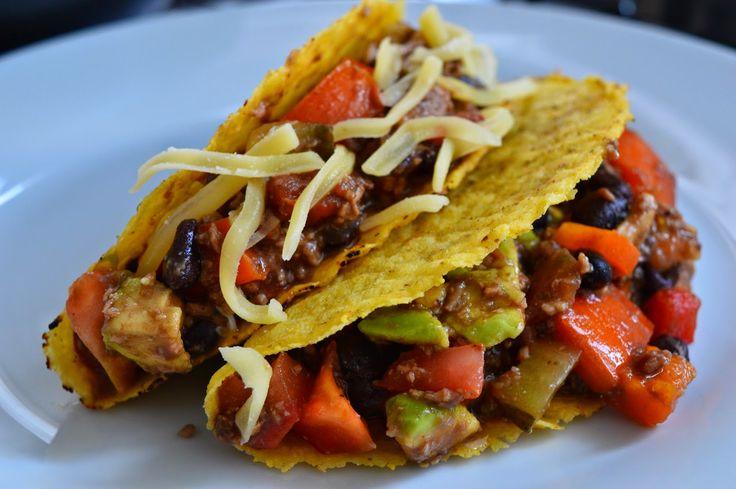 Tacos de carne, feijão preto e molho salsa