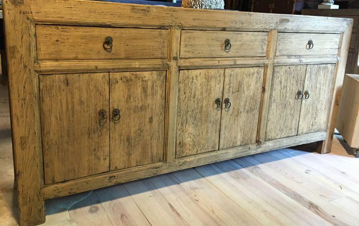 Mooi dressoir van oud hout. Oud dressoir.