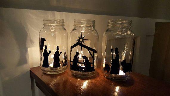 Bringen Sie die wahre Bedeutung von Weihnachten zu Hause mit dieser selbstklebenden Vinyl-Krippe. Sie kaufen NUR das Vinyl ~ mason Gläser NICHT im Lieferumfang enthalten! Die Krippe enthält alle Stücke abschneiden, gesehen auf dem Bild - Kamel, 3 weisen, Krippe mit der Heiligen Familie, 2 Schafe und 2 Hirten. Die Stücke Einweckgläser Quart-Größe skaliert, aber können so angepasst werden, dass um jede Größe Glasbehälter (Erwähnung beim Kauf in den Kommentaren der Abmessungen, die Sie, falls…
