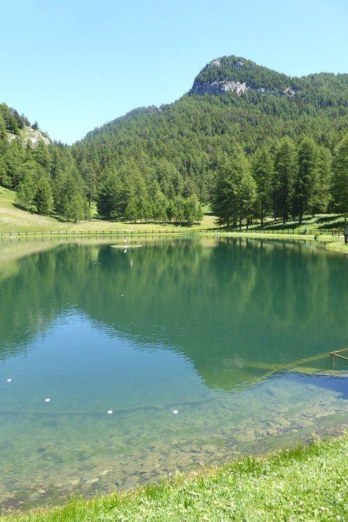 A un'ora e 40 minuti da Milano c'è un piccolo angolo di paradiso che vi aspetta: si chiama Col de Joux e si trova in Val D'Aosta. E' situato a 1.640 metri di altitudine e a 15 km da Saint-Vincent. Per raggiungerlo, proprio partendo dall'abitato di Saint-Vincent, si percorre una strada che offre un meraviglioso panorama su tutta la valle.