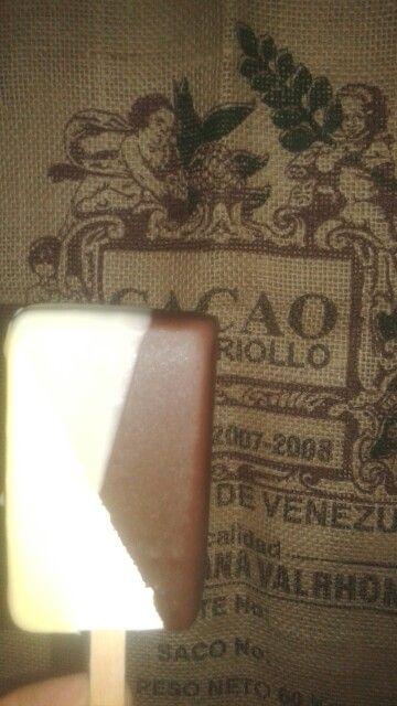 Gelato allo stecco ricoperto fondente e bianco www.cioccolatotavoletta.it