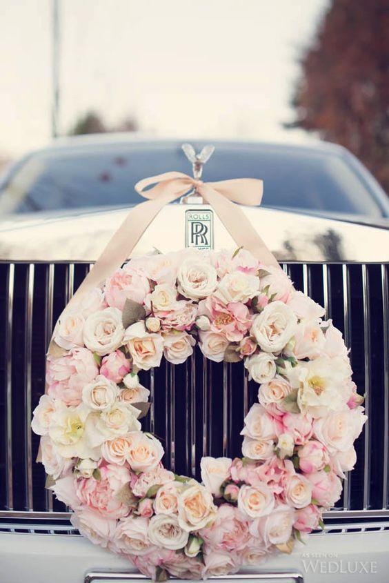 Couronne de fleurs pour la voiture des mariés