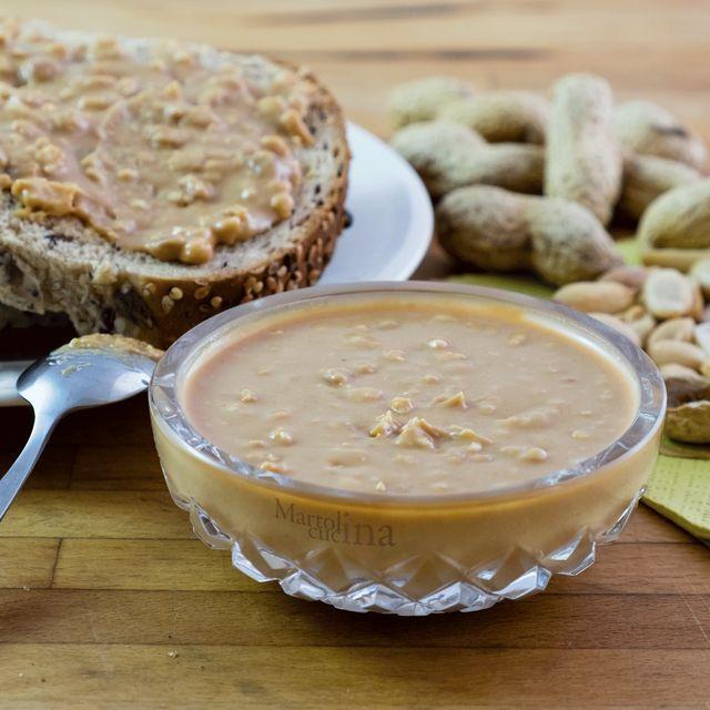 Il burro di arachidi è una di quelle golosità che, in casa Martolina, non mancano mai, pur non essendo la sottoscritta amante dei dolci. Eppure il sapore del burro di arachidi è qualcosa di magico per