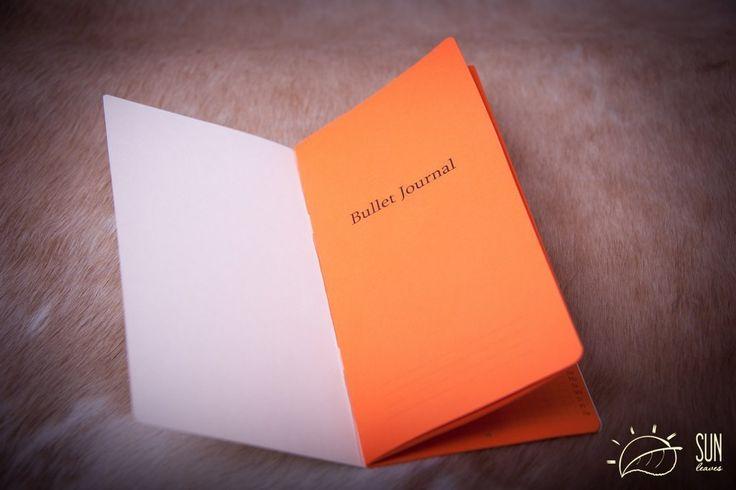 Bullet journal Придумал буллет-джорналинг нью-йоркский дизайнер Райдер Кэрролл: ещё со школы ему было тяжело подолгу концентрироваться на одной теме и он хотел найти способ быстро фиксировать мысли, которые приходят ему в голову, чтобы потом вернуться к ним в любой момент. Так появилась целая система, соединяющая в себе ежедневник, список целей и блокнот для мыслей и идей. Буллет-джорналинг хвалят BuzzFeed и Quartz, и поклонников метода можно найти в любой соцсети — у проекта Райдера Кэррола…