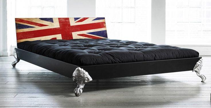 Unik sort Eagle seng fra Karup med forkromede aluminiumsben, der er udformet som ørnekløer. Gavlen på Eagle sengen afbilleder det velkendte Union Jack flag.