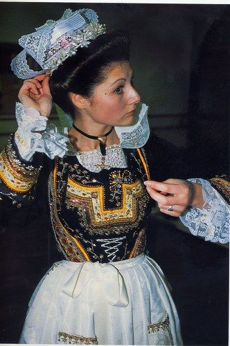 Jeune fille en costume de mariée de l'Aven (1890)
