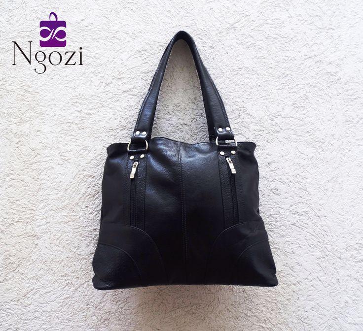 #1000 - Bolso Cuero Negro / Tamaño: 30cm x 39cm / Descripción: 2 bolsillos internos, 3 bolsillos externos, doble servicio.
