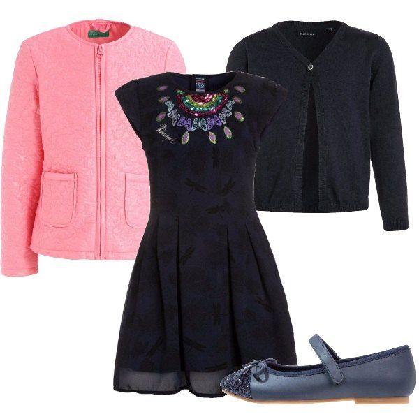 Questo outfit, perfetto per andare ad un compleanno, è composto da vestitino Desigual blu con decorazione sul davanti, cardigan blu, piumino rosa e ballerine blu con punta in lurex.