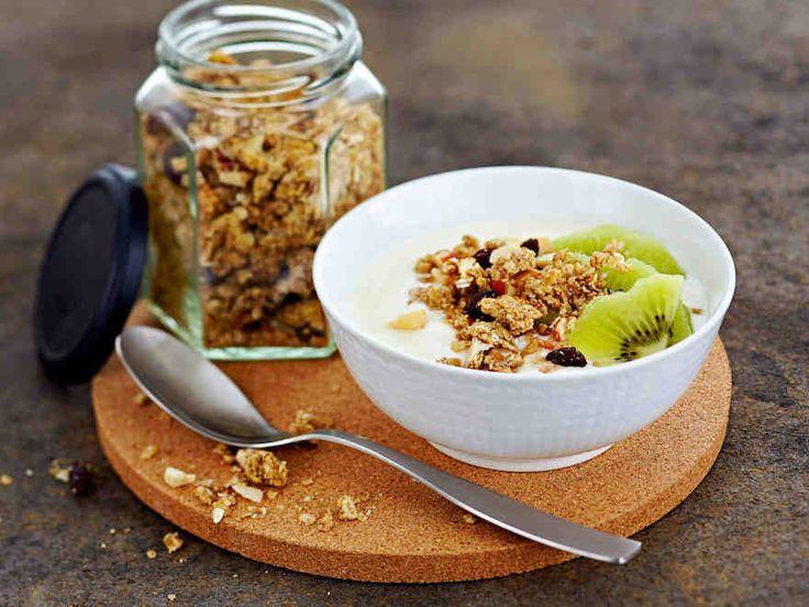 Pähkinägranola | Rapea granola muistuttaa mysliä ja maistuu vaikkapa jogurtin ja marjojen kanssa aamiaisella tai välipalana.