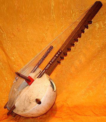 La Kora est un instrument de musique à cordes traditionnel africain, plutôt d'Afrique de l'Ouest : Sénégal, Mali, Mauritanie, Gambie, Guinée … C'est l'instrument par excellence des griots (« communicateurs » traditionnels). Selon la légende, la première...