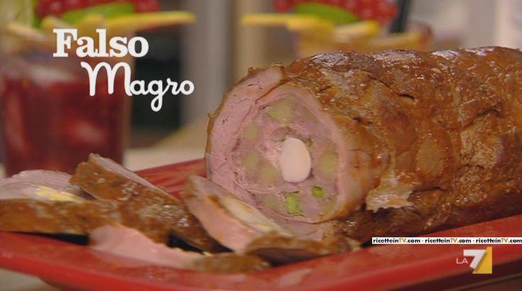 """Benedetta Parodi, intenta a confezionare un menu """"siciliano"""", ha proposto un arrosto particolare: ilfalso magro.Di seguito ingredienti e procedimento. Farciamo la fesa di vitello con le fette di pancetta e di mortadella, mescoliamo la carne trita con il pecorino, salsiccia, uovo, piselli, prezzemolo, spalmiamo questo composto sopra ai salumi, aggiungiamo il provolone tagliato a fettine, …"""