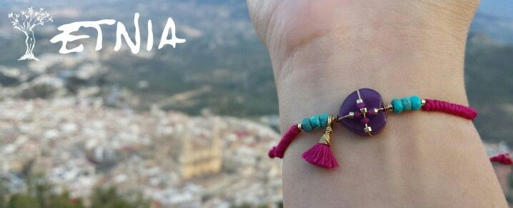 Pulsera amor. Artesanía y piedras semipreciosas del diseñador colombiano Álvaro Ávila.