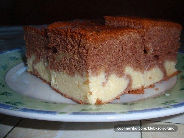Šťavnatá tvarohová buchta posypaná moučkovým cukrem. Žádný máslový krém, žádná vrstva šlehačky, ale jednoduché těsto s tvarohově pudingovou nádivkou.