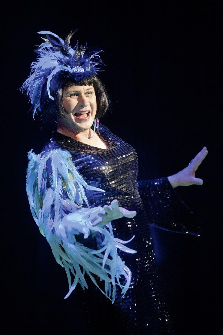 "Den stora dragshow-artisten Zaza, på nattklubben ""La Cage aux Folles"". Kostymdesigner Ina Andersson. Maskör Mila L Roberts. Fotograf Anders Alm.  #musikal #lacageauxfolles #feathers #blue #dress #glitter #artist #drag"
