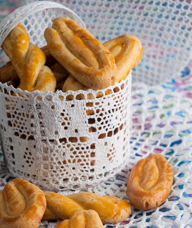 500 γρ. βούτυρο γάλακτος (αυτό που πωλείται σε βάζο και συνήθως είναι από αιγοπρόβειο γάλα), σε θερμοκρασία δωματίου ώστε να είναι ρευστό 500 γρ. ζάχαρη 2 κρόκοι για τη ζύμη + 8-10 επιπλέον για άλειμμα 280 γρ. χυμός πορτοκαλιού, φρεσκοστυμμένος 2 βανιλίνες 110 γρ. κονιάκ 1½ κιλό αλεύρι για όλες τις χρήσεις 20 γρ. μπέικιν πάουντερ