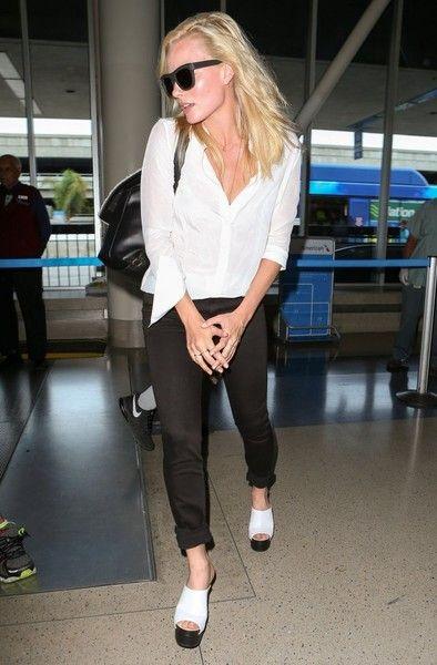 Margot Robbie Photos - Margot Robbie Arrives on a Flight at LAX - Zimbio