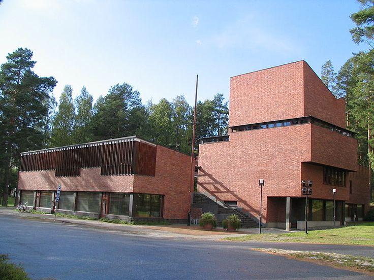 Alvar Aalto, Ratusz w Saynatsalo, Jyvaskyla, Finlandia, 1949-52. Brak wieży (brak symboliki władzy), prostota, detal, sala nad salą posiedzeń wzniesiona do góry-dominujący element-szukanie formy, Drewno+cegła; główny dziedziniec/zielone patio, na parterze biblioteka, niewielki zespół budynków, przestrzeń otwarta i dostępna, przejrzyste wnętrza, proste materiały-cegła+drewo, funkcjonalizm, kameralne założenie, wygląda jak budownictwo rekreacyjne