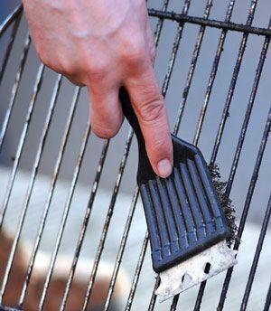 Makkelijke manier om je barbeque rooster schoon te maken. Stop het rooster met een scheut ammoniak in een afgesloten zak (rooster hoeft niet helemaal onder gedompeld te zijn). En laat het een nacht staan. Door de dampen van de ammoniak laat het vuil los en de volgende dag veeg je het er veel makkelijker af.