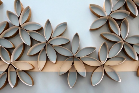 Flower Wall Art. Love this idea and it looks simple to make. Check the website on instructions.
