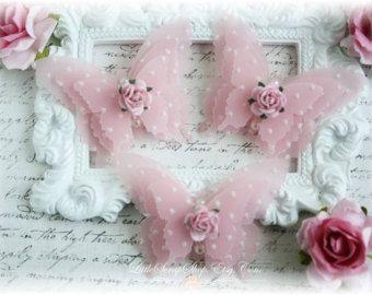 Este listado está para un conjunto de 3 encantadoras mariposas capas triples. Estas mariposas están hechas de vitela delicado que realzado con un Die de lunares. Adornado en el centro, es una mini rosa y pequeñas perlas. Doblar suavemente las alas para dar tus mariposas vuelo. Cada medida de mariposa 2 de envergadura