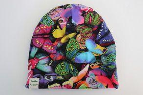 Mössa fjärilar. Populär mössmodel i färgglatt ekologiskt Jerseytyg (GOTS). Foder i jersey eller bomullsfleece (GOTS) Finns i storlek 44-58. 120kr camillasbarnklader.se