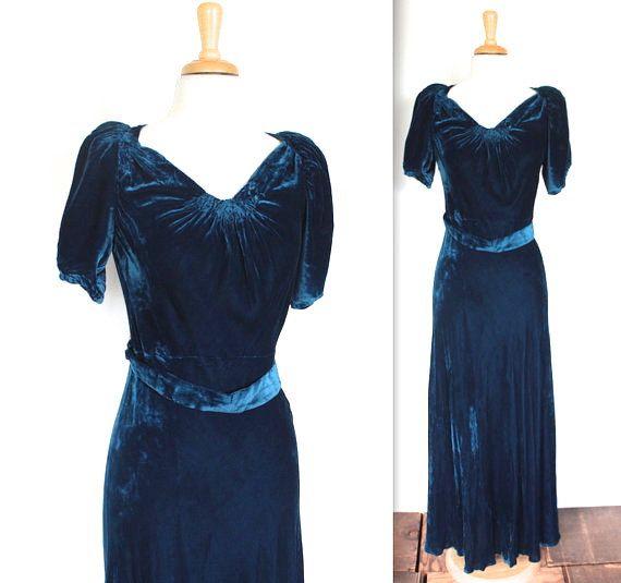 VERKAUF! $350 war jetzt $275  Wunderschöne Vintage Anfang 1930s deep royal blau Seide samt Kleid! Also elegant regal! Samt floral Cluster in