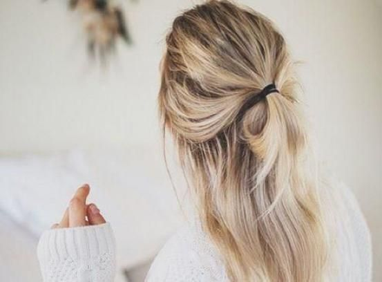 Move over, hoge knot want het halve knotje is here to stay. Half omhoog en half omlaag, dat is de half bun, of quarter-up top knot.