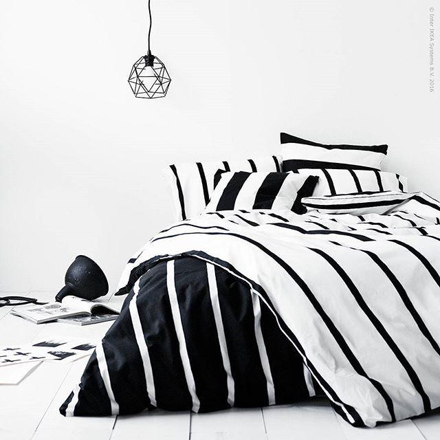 Landa i ränder! Sköna #TUVBRÄCKA påslakan i grafiskt svartvitt är designat av Inez Svensson, en mästare på skandinavisk enkelhet. Tittar du närmare ser du att mönstrets raka linjer är vackert tecknade för hand.