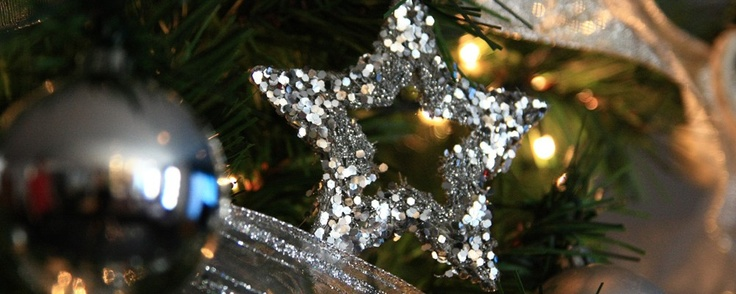 Árbol de navidad plateado en un hotel de cuatro estrellas en el centro de Barcelona
