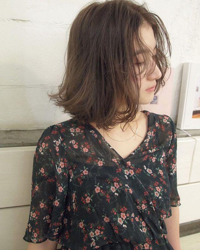 #アンニュイバング . のばしかけの前髪はスタイリングがわからない。。。 . なんて方にもオススメ あえてこの長さがjustになる、デザインバングです . 全体ゆるめの動きがつく#癖毛風パーマ に、#オリーブベージュで透明感をつけて、よりナチュラル外国人ヘアーが今の気分✨ . . ファッション感が伝わる、オトナ可愛いヘア任せてください‼️ . #shima #shimaplus1 #andohair #ナチュラル #吉祥寺 #ヘアカラー #サロンモデル#吉祥寺美容室 #ナチュラル #beautifulpeople #agnesb #アニエスベー #apc #アーペーセー #FUDGE #vikka #onkul #CYAN #bob #ボブ