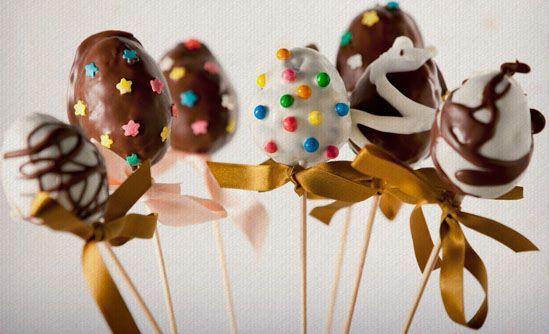 Ovos de chocolate no palito.