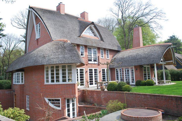 Architektenburo JJ van Vliet. Villa Bergen NH - rieten kap - architectuur naar Amsterdamse School